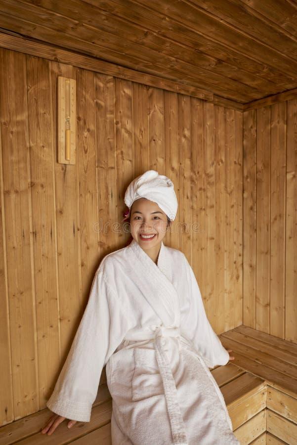 Mulher que relaxa na sauna imagens de stock royalty free