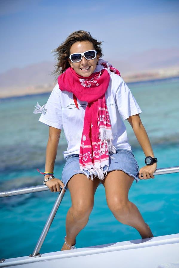 Mulher que relaxa no barco imagens de stock royalty free
