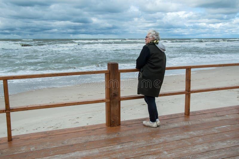 Mulher que relaxa no beira-mar Báltico foto de stock royalty free