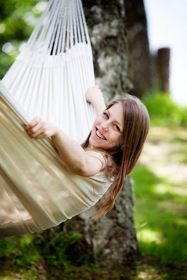 Mulher que relaxa no hammock foto de stock royalty free