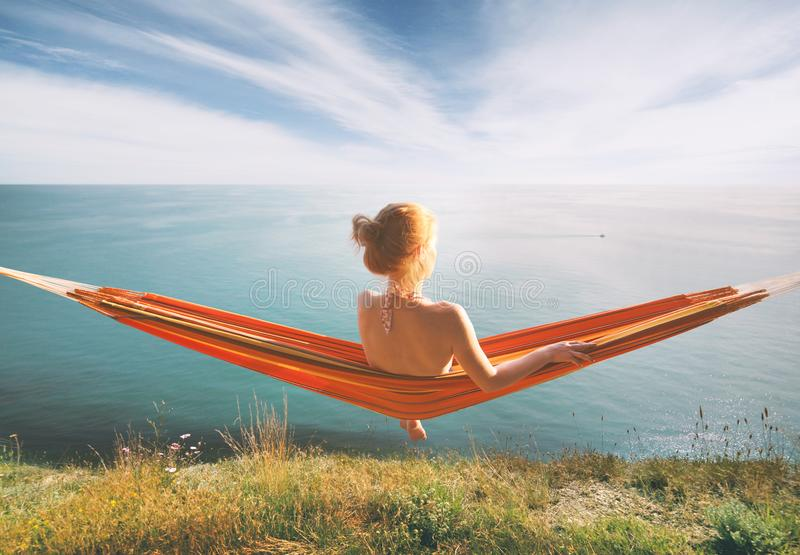 Mulher que relaxa no hammock fotografia de stock