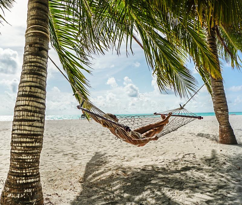 Mulher que relaxa no hammock fotografia de stock royalty free