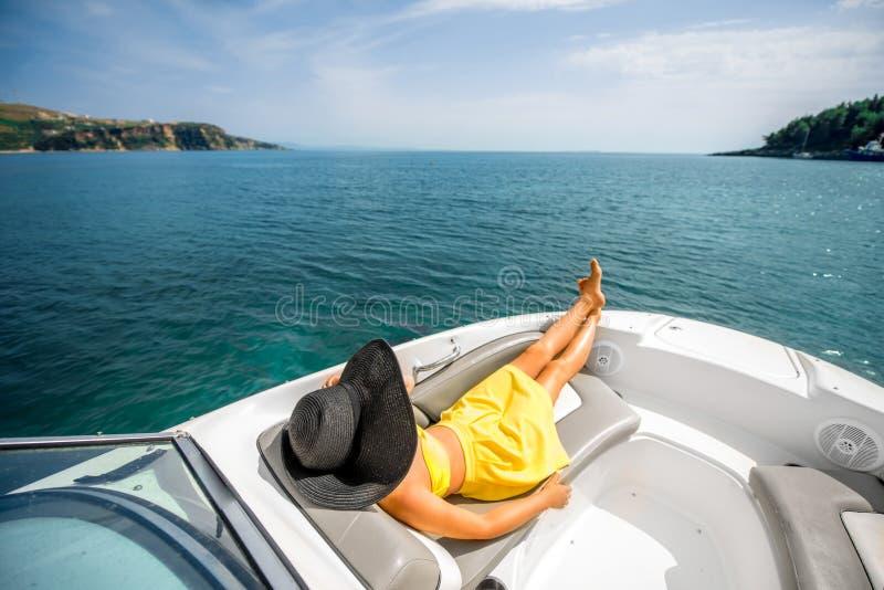 Mulher que relaxa no iate fotos de stock royalty free