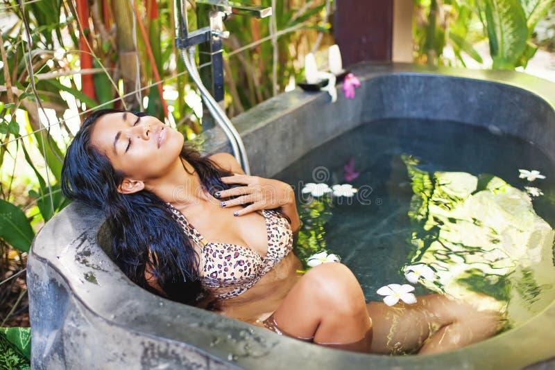 Mulher que relaxa no Jacuzzi fotografia de stock