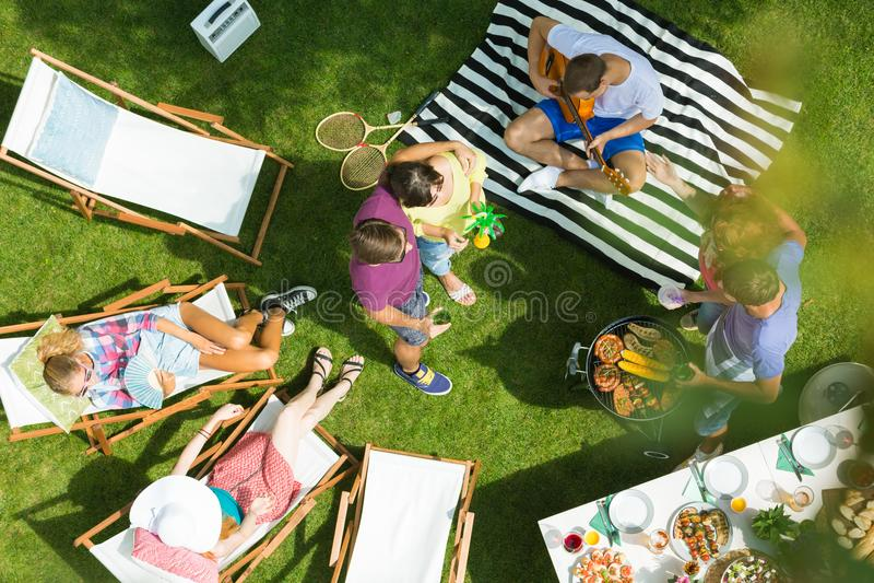 Mulher que relaxa no parque foto de stock royalty free
