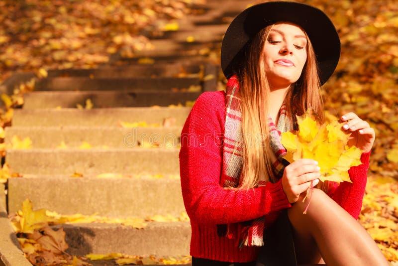 Mulher que relaxa no parque da queda do outono imagens de stock royalty free