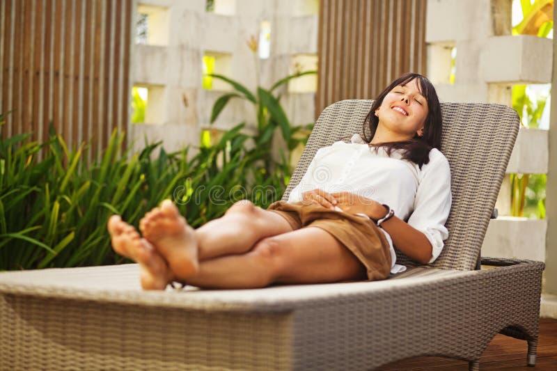Mulher que relaxa no recurso imagens de stock royalty free