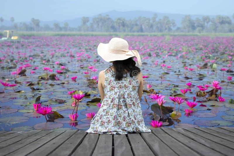Mulher que relaxa no terraço de madeira fotografia de stock royalty free