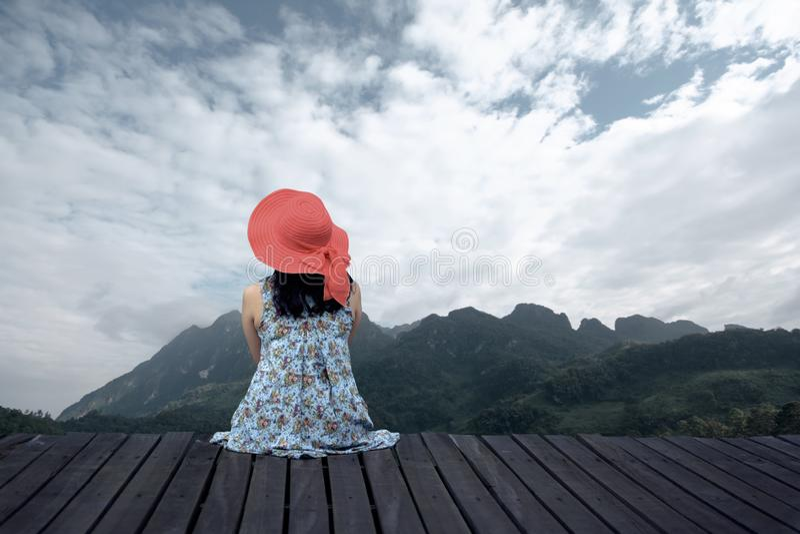 Mulher que relaxa no terraço de madeira imagens de stock royalty free