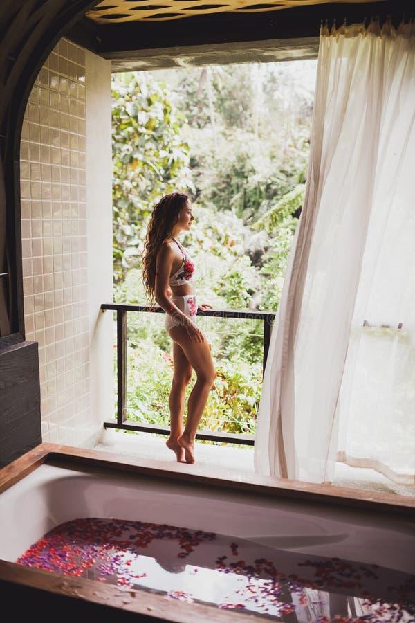Mulher que relaxa nos termas com opinião tropical da selva fotos de stock