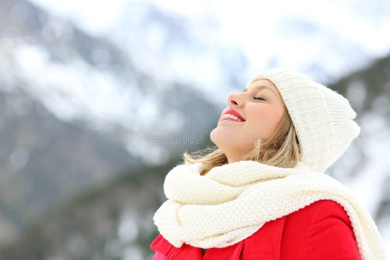 Mulher que respira o ar fresco no inverno em feriados imagens de stock