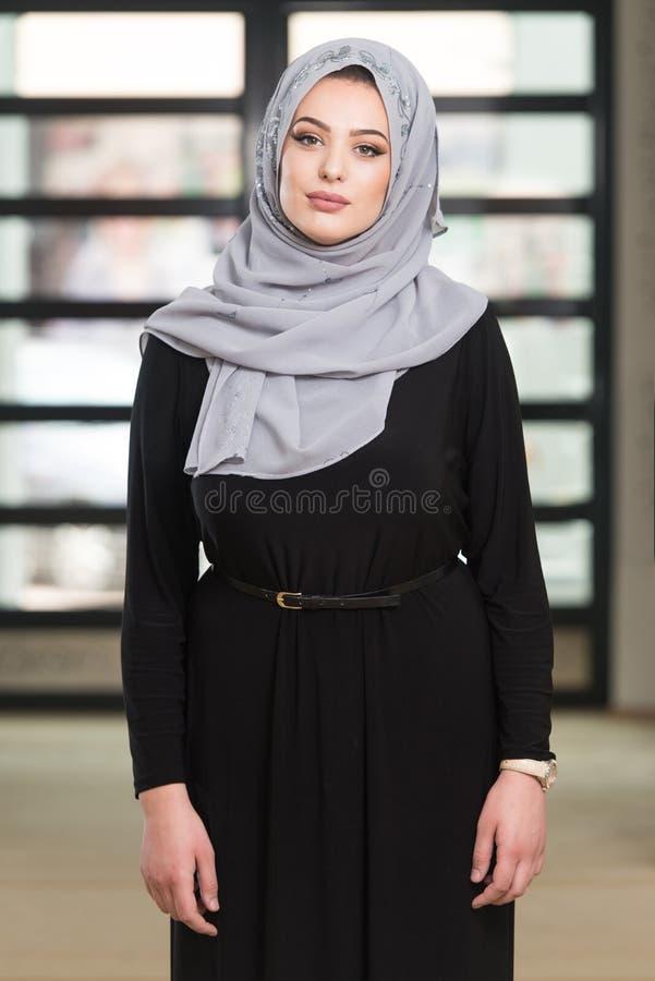 Mulher que reza na mesquita fotografia de stock