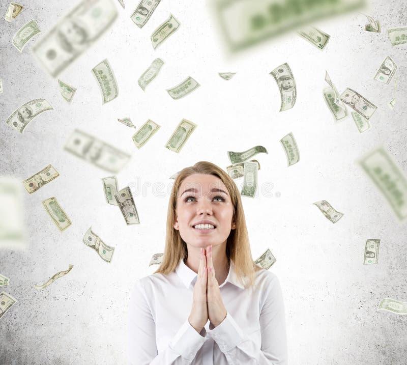 Mulher que reza para a chuva do dólar para não parar fotografia de stock royalty free
