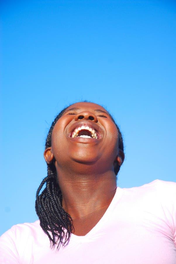 Mulher que ri para fora ruidosamente foto de stock