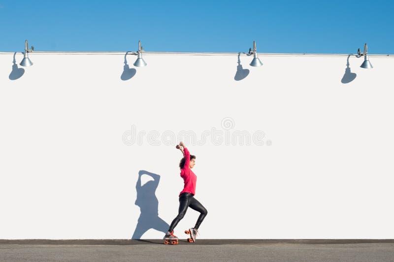 Mulher que rollerblading foto de stock