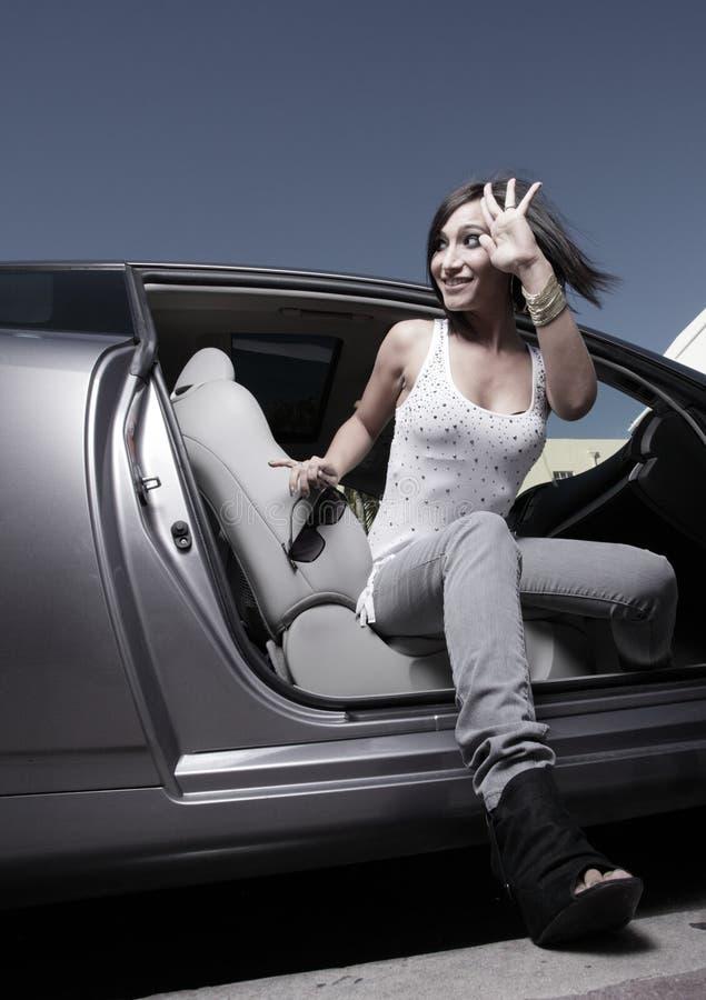 Mulher que sai de seu carro fotos de stock