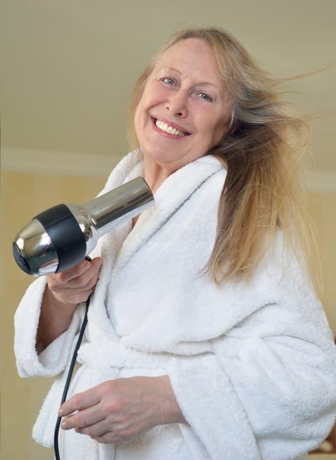 Mulher que seca seu cabelo imagens de stock royalty free