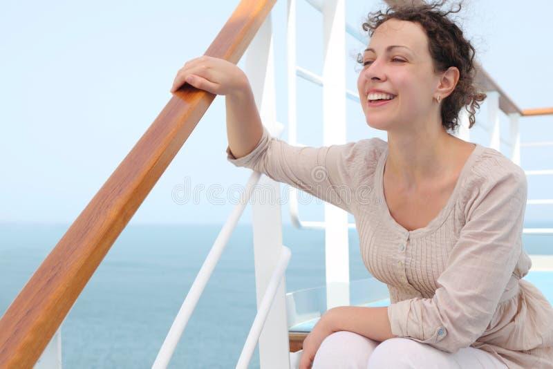 Mulher que senta-se em escadas na plataforma do forro do cruzeiro foto de stock royalty free