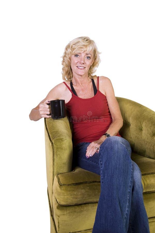 Download Mulher Que Senta-se Em Um Café Bebendo Da Cadeira Foto de Stock - Imagem de antique, beleza: 16864932