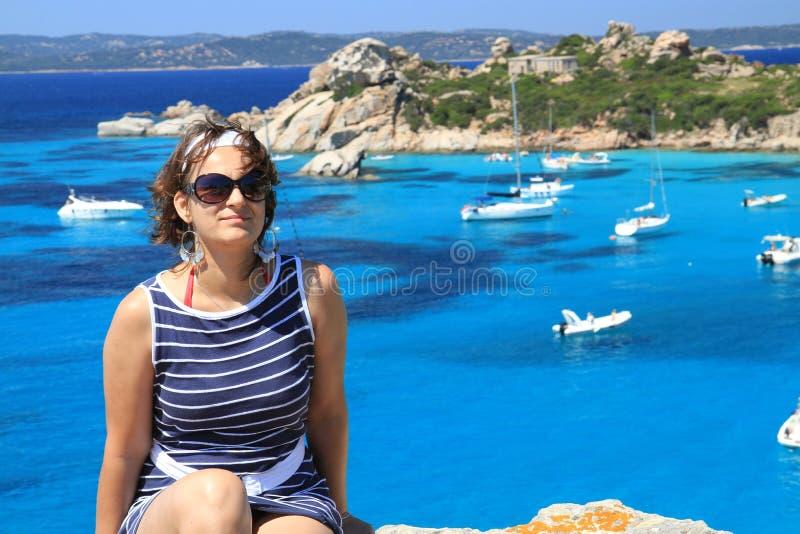 Mulher que senta-se em um penhasco Sardinia, Itália imagens de stock
