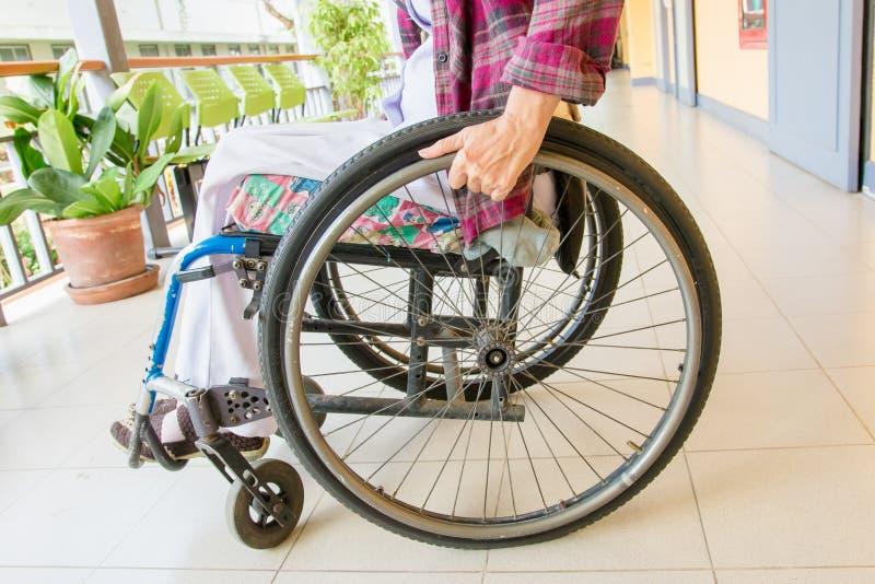 Mulher que senta-se em uma cadeira de rodas fotos de stock