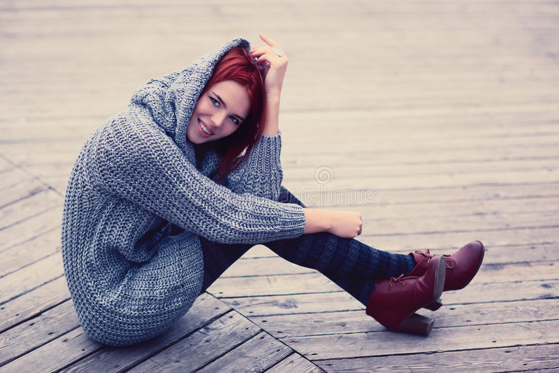 Mulher que senta-se fora fotografia de stock