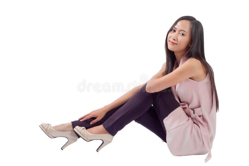 Mulher que senta-se para baixo no fundo branco fotos de stock royalty free