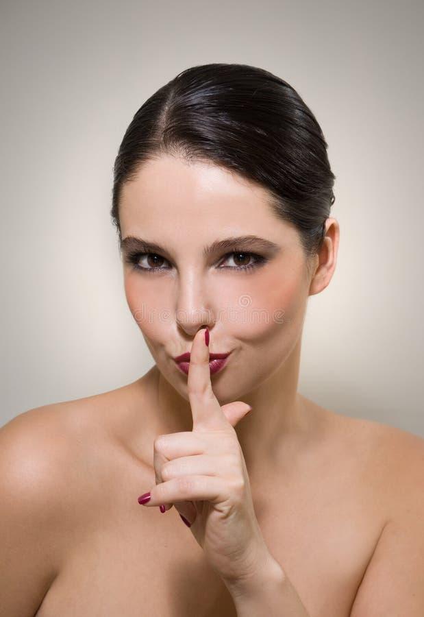 Mulher que sinaliza para ser quieto fotografia de stock royalty free