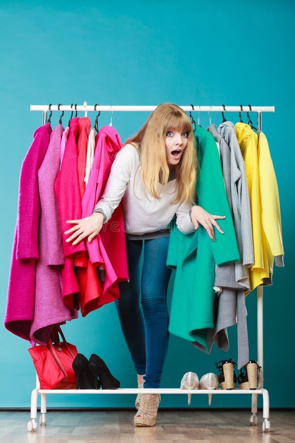 Download Mulher Que Sneaking Entre A Roupa Na Alameda Ou No Vestuário Imagem de Stock - Imagem de mercado, shopping: 65576789