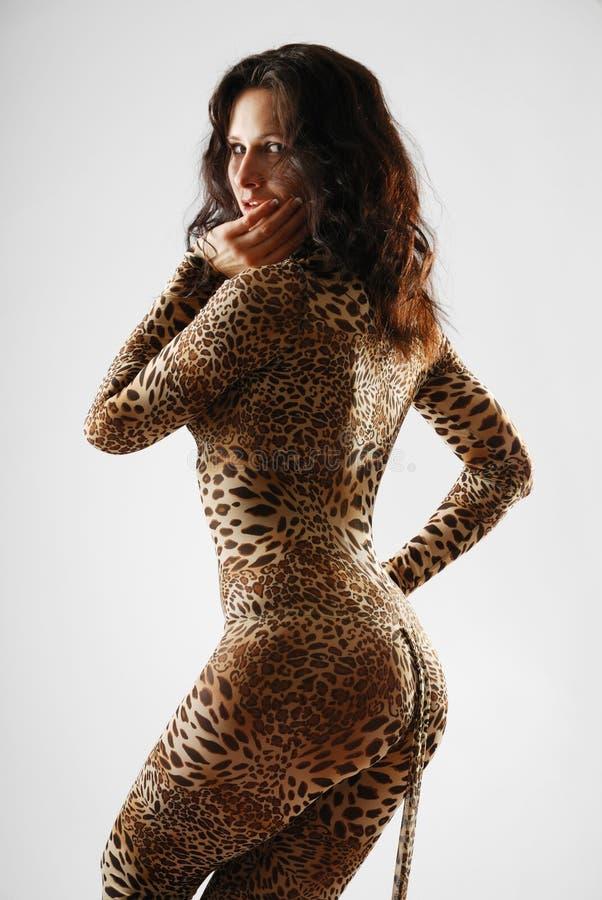 Mulher que sneaking no catsuit dappled imagem de stock