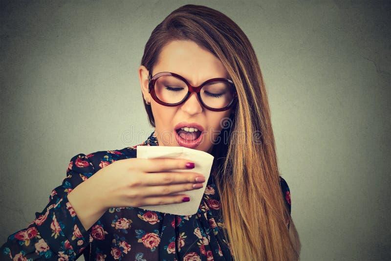 Mulher que sneezing imagens de stock
