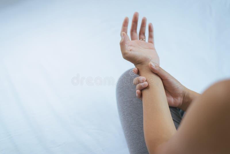 Mulher que sofre com sintomas da doença do ` s de Parkinson, mãos do foco seletivo imagens de stock royalty free