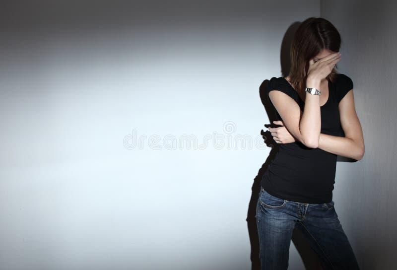 Mulher que sofre da depressão severa foto de stock