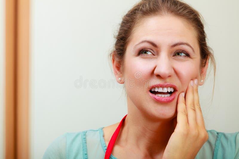 Mulher que sofre da dor de dente da dor de dente imagens de stock