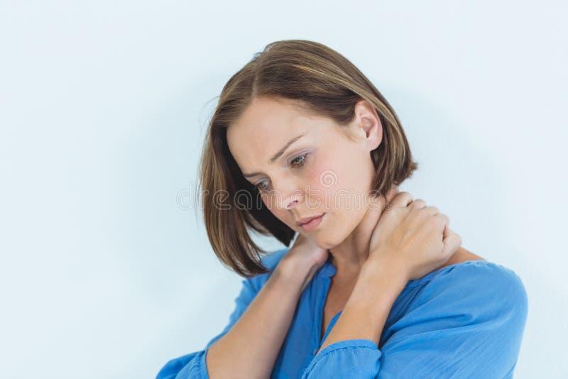 Mulher que sofre da dor de pescoço fotografia de stock