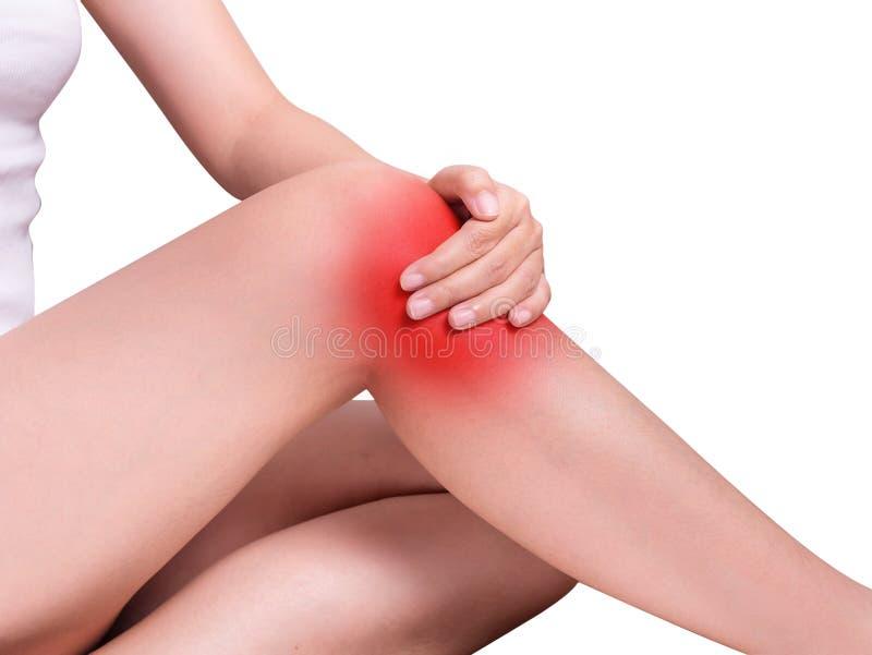 Mulher que sofre da dor do joelho, dores articulares destaque da cor vermelha fotografia de stock royalty free