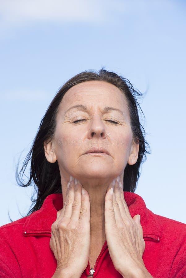 Mulher que sofre da dor na garganta fotografia de stock royalty free