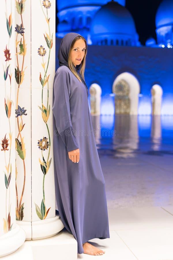 Mulher que sonha na mesquita grande de Sheikh Zayed Mosque no abaya vestindo de Abu Dhabi, paranja na noite viajar foto de stock royalty free