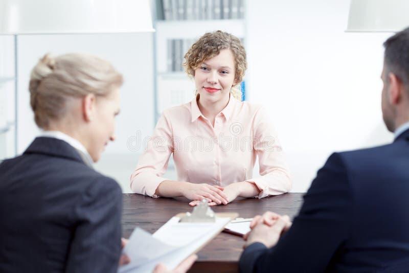 Mulher que sorri durante a revisão do recrutamento foto de stock