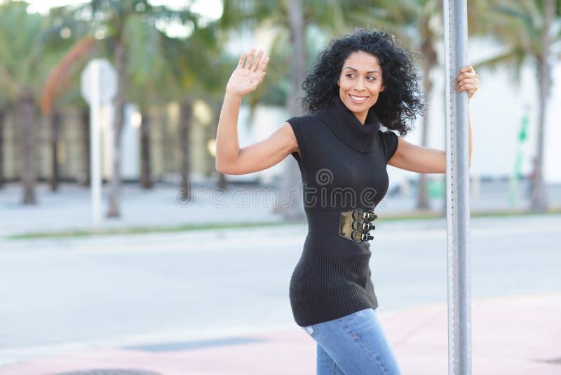 Mulher que sorri e que acena imagens de stock royalty free