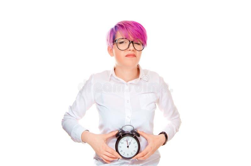 Mulher que sorri tristemente guardando um pulso de disparo na exibição da barriga que seu relógio biológico está tiquetaqueando fotografia de stock royalty free