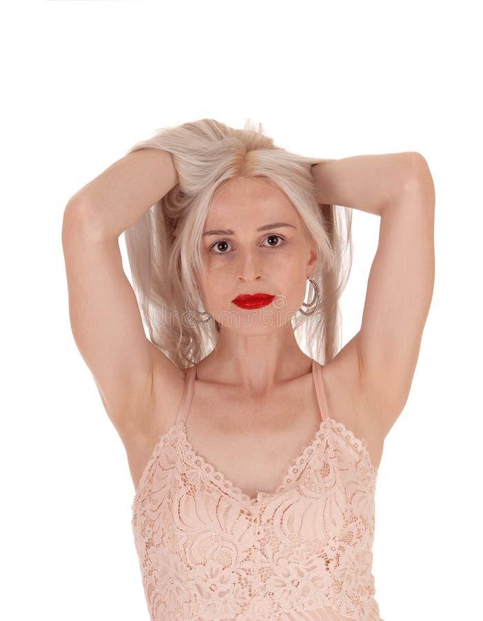 Mulher que suja acima seu cabelo louro longo fotos de stock royalty free