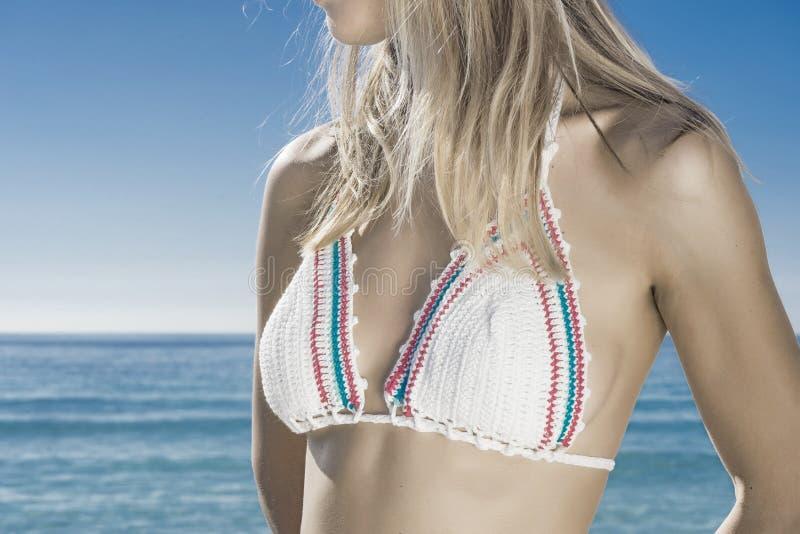 Mulher que sunbathing na praia imagem de stock