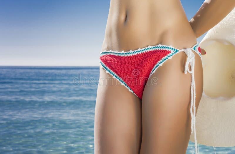 Mulher que sunbathing na praia foto de stock royalty free