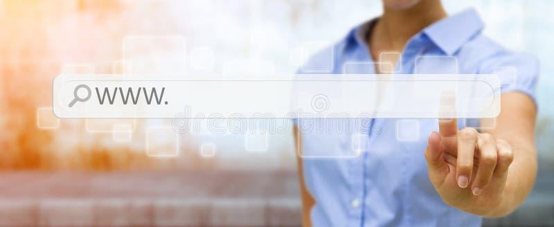 Mulher que surfa no Internet com a barra tátil digital do endereço da Web ilustração royalty free