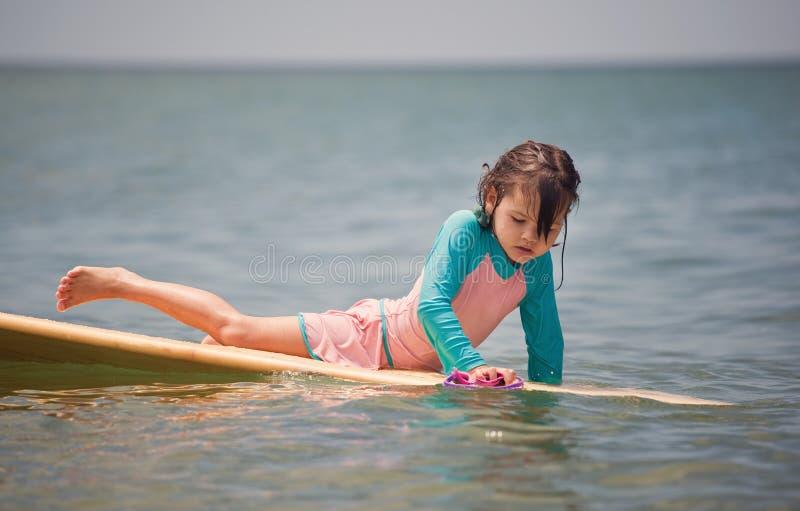 Mulher que surfa no mar, férias de verão fotos de stock