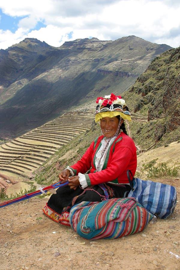 Mulher que tece em Peru foto de stock