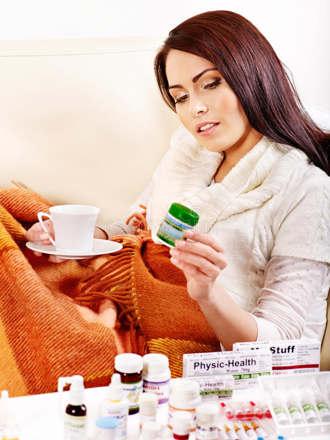 Mulher que tem comprimidos e tabuletas. imagem de stock royalty free