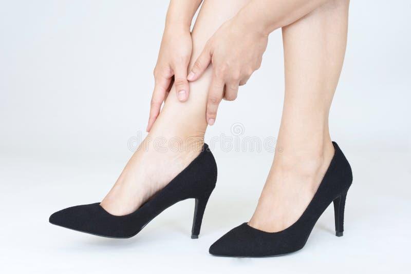 Mulher que tem a dor ap?s ter vestido sapatas colocadas saltos altas imagem de stock royalty free