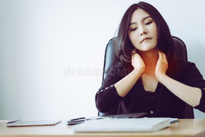 Mulher que tem a dor da garganta inflamada e de pescoço no escritório fotos de stock royalty free